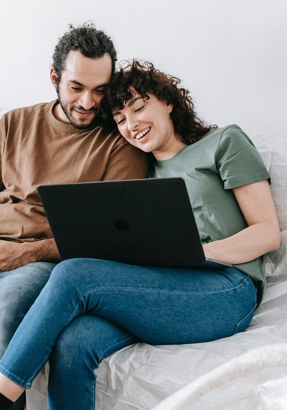 Megoldható egy kapcsolatban, hogy miért nincs szex! Együtt laptopozik a kanapén férfi és nő.