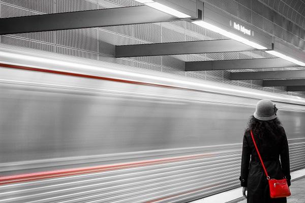 hajszolom az orgazmust de minek? - lehetnék így, ahogy ez a lány lemarad a a metróról, de nem bánja, mert nem siet sehova.
